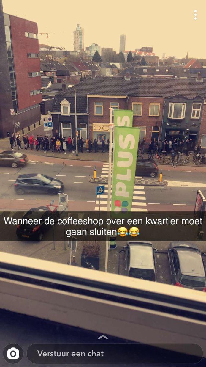 Een foto vanaf het balkon van de rij bij coffeeshop Toermalijn in Tilburg