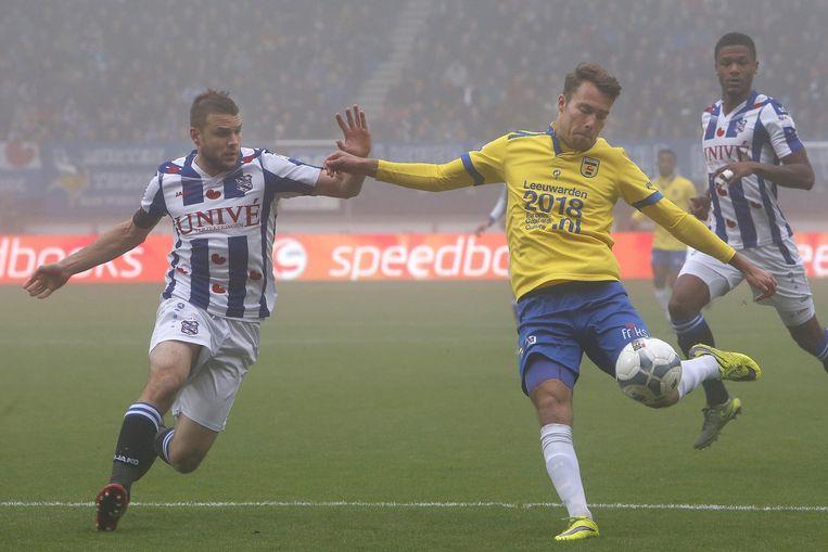 Sander van de Streek (rechts) haalt uit, Joey van den Berg komt te laat. Beeld anp