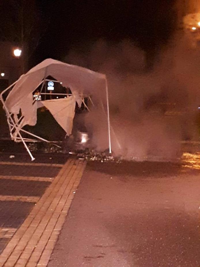 De partytent stond rond 03.30 uur in brand langs de route .