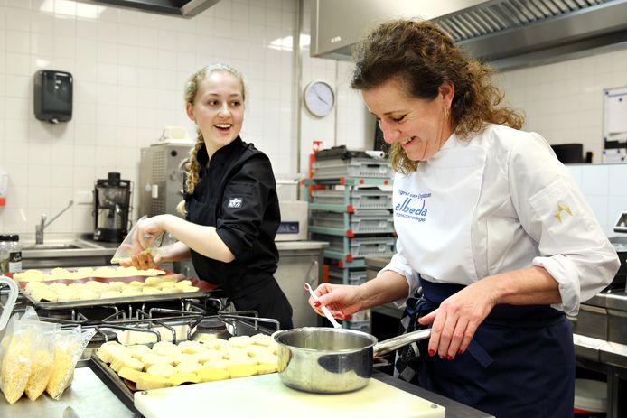 Minister Ingrid van Engelshoven van Onderwijs kookte vorige maand een middagje mee op mbo-school Albeda in Rotterdam.