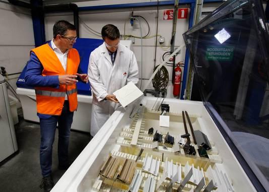 Michel Ruigendijk (links), directeur van AD International, en Robin Langelaar (research en development) bij een zoutsproeikast waar coatings op metaal worden getest.