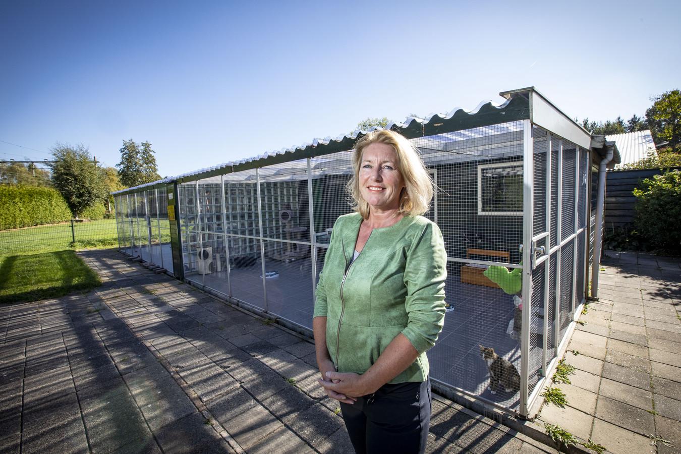 Directeur Liesbeth van Hoorik voor het huidige kattenverblijf. Het object wordt binnenkort gesloopt.