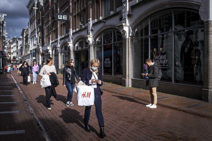 Winkelend publiek tijdens de koopzondag in het centrum van Amsterdam