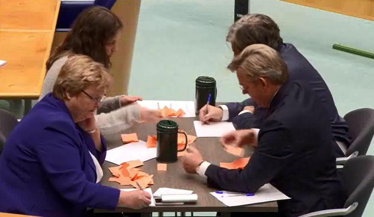 Het stemcomité telt handmatig de uitgebrachte stemmen. Beeld Screenshot