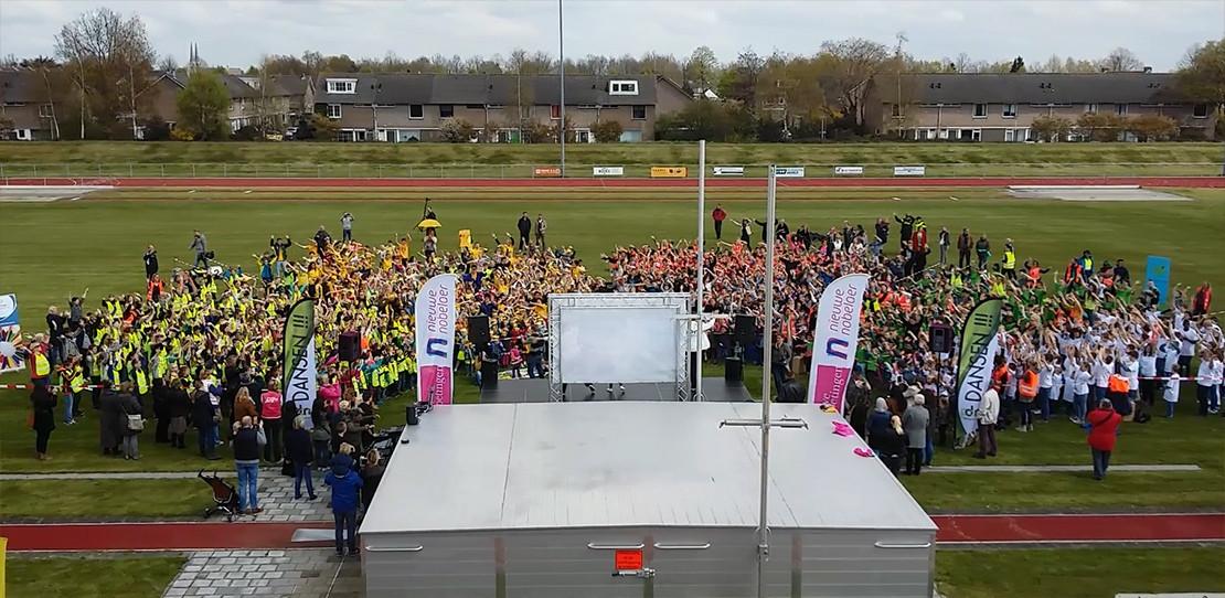 1200 leerlingen dansen in Etten-Leur om pesten tegen te gaan