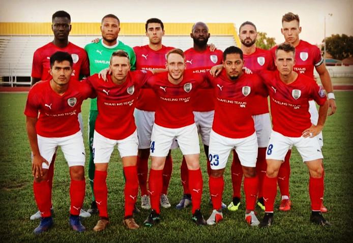 De teamfoto van ASC San Diego voorafgaand aan de finale tegen FC Arizona. Ewout Gouw in het midden, vooraan.