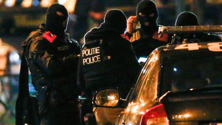 De politie zondagavond in actie in de wijk Molenbeek. Beeld anp