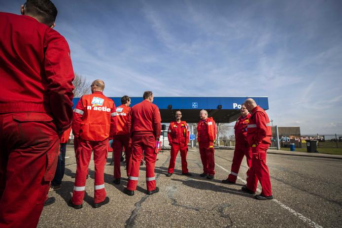 Medewerkers van Shell tijdens een manifestatie voor de raffinaderij in Moerdijk. Shell liet een ultimatum van de vakbonden FNV en CNV verstrijken zonder op de eisen voor een nieuwe cao in te gaan.