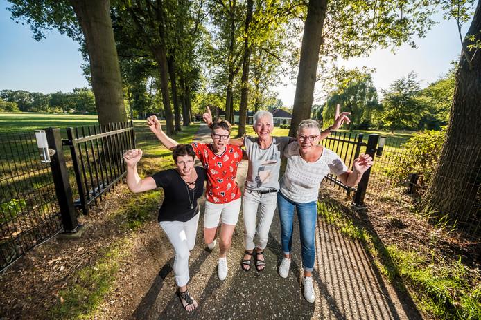 Met het café, de verhuur van twee zomerhuisjes en hun boerderij werd vroeger de kost verdiend. Met van links af Diny Siemerink-Heuzels, Anita Overbeek - Lenderink, Joke Borghuis-Bekkers en Gerrie Groot Obbink -Bannink bij Banninks Hanna.