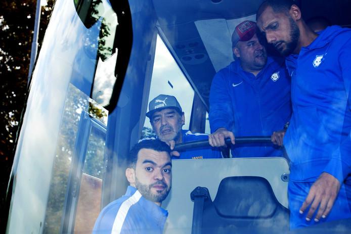 Diego (links in de bus) Maradona komt aan bij de eredivisiewedstrijd van PSV tegen AZ.