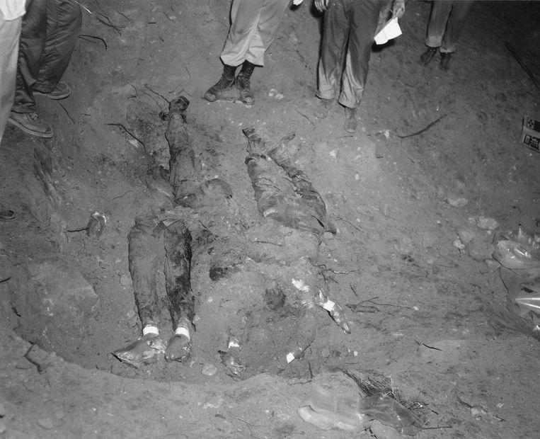 Op deze foto van de FBI worden de lichamen van de drie slachtoffers opgegraven ten zuidwesten van Philadelphia, Mississippi. Beeld reuters