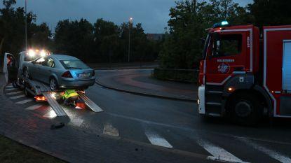 Takelwagen slipt op olievlek op de weg en loopt lichte schade op