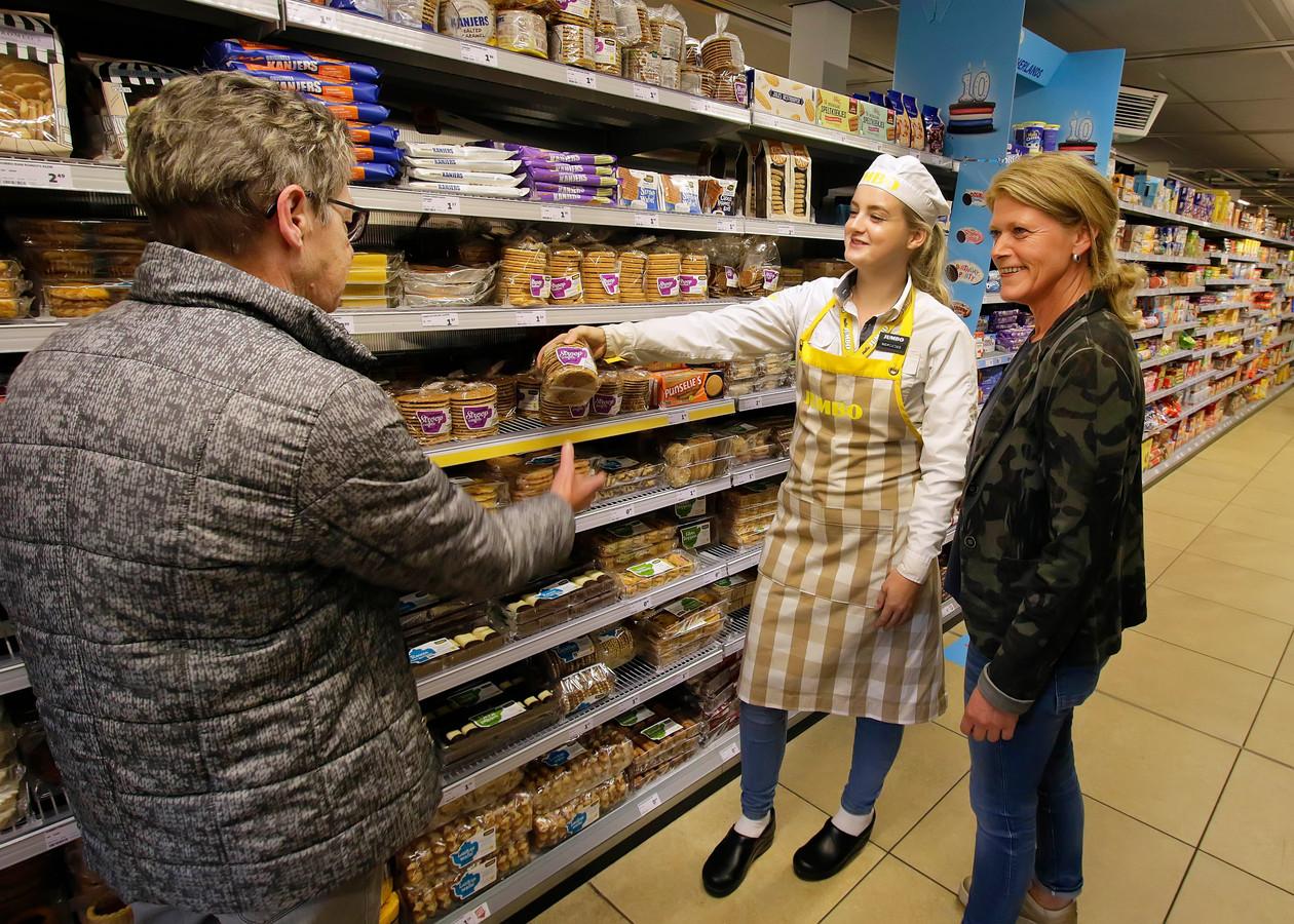 De Jumbo-supermarkt in Oud Gastel werd vorig jaar uitgeroepen tot meest dementvriendelijke winkel van gemeente Halderberge. Hier helpt een medewerkster een klant bij het vinden van een product.