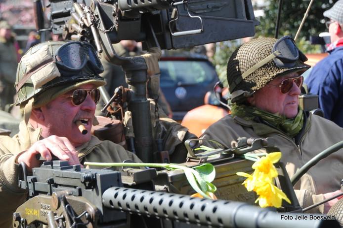 Ger de Gans (59) en Paul Emondt (59) in hun verkenningsjeep