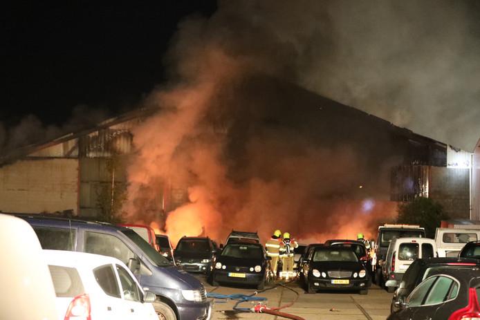 Bij een bedrijf aan de Rouwenboschweg in Nijmegen heeft woensdagochtend een grote brand gewoed.