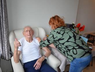 Jarige Maurice (91) krijgt eerste coronavaccin toegediend in Ter Engelen