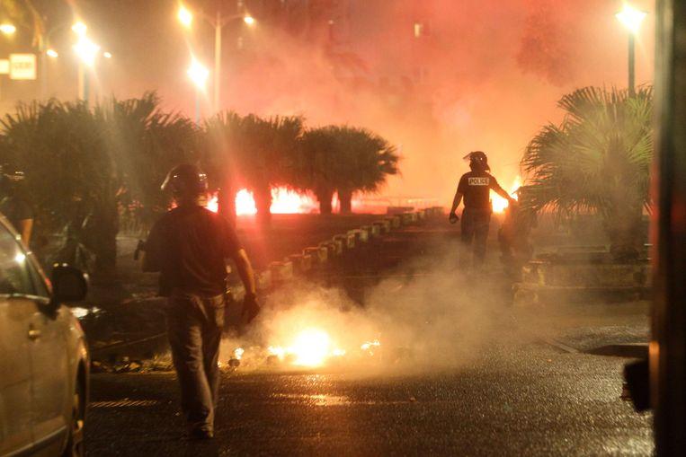 De Franse oproerpolitie in actie in Saint-Denis-de-la-Réunion.