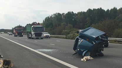 Vespacar uit 1966 smakt van aanhangwagen op snelweg
