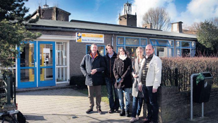 Een deel van de groep ouders, die zich verzet tegen het nieuwbouwplan van basisschool Annie M.G. Schmidt in Zorgvliet. 'De optie renovatie heeft nooit een eerlijke kans gehad.'