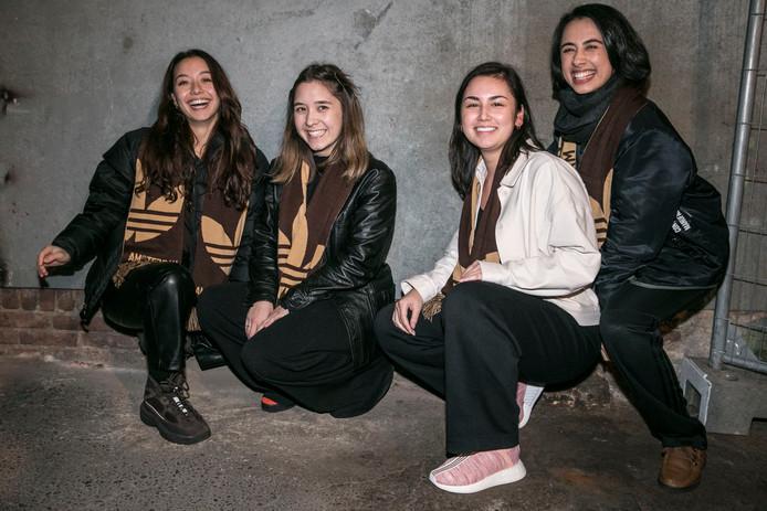 """Elyse en Esmée Mulder, Dewi Grootenboer en Saskia van Hofwegen van streetwearshop Maha. Geen echte voetbalsupporters. Van Hofwegen: """"Een paar occasionals."""""""