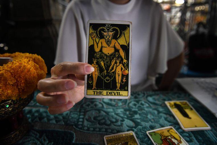 Er zijn onder meer kaartenleggers aanwezig op de beurs.