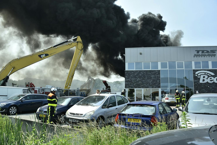 De brand woedde op het dak van een pand op het industrieterrein in Esbeek.