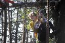 Surivalatleet klimmend in de netten. Foto Frans Nikkels