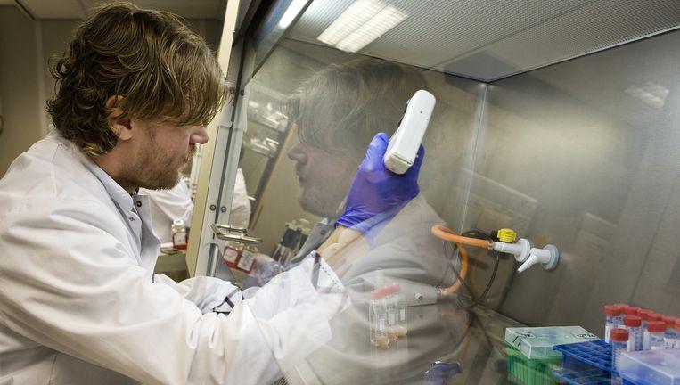 Medewerker van het VUmc in het laboratorium. Wouter Bos: 'Onderzoek doen is voor ons van het grootste belang.' Beeld Io Cooman