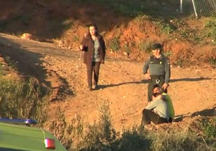De ouders van Julen op de plek van de zoek- en reddingsactie naar hun sinds zondagmiddag  vermiste zoontje.