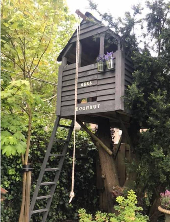 Oma in Valkenswaard moet honderden euro betalen om boomhut in tuin te behouden