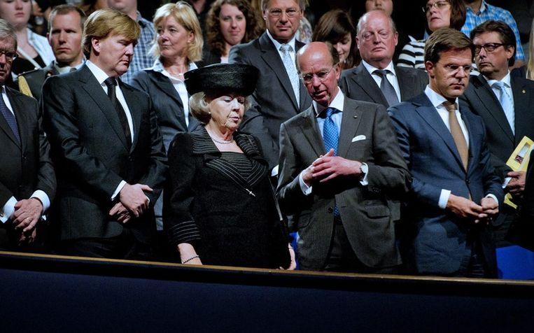 Koningin Beatrix (2eL), prins Willem-Alexander (L) en premier Mark Rutte (R). Foto Beeld epa