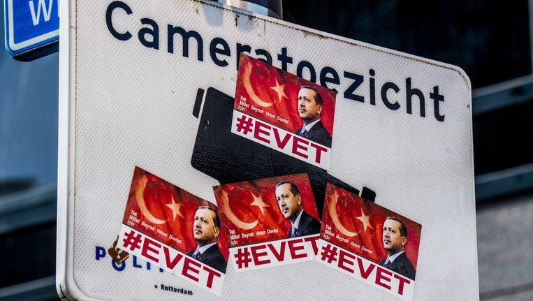 Stickers in op een verkeersbord in Rotterdam met de afbeelding van de Turkse president Erdogan. Beeld anp
