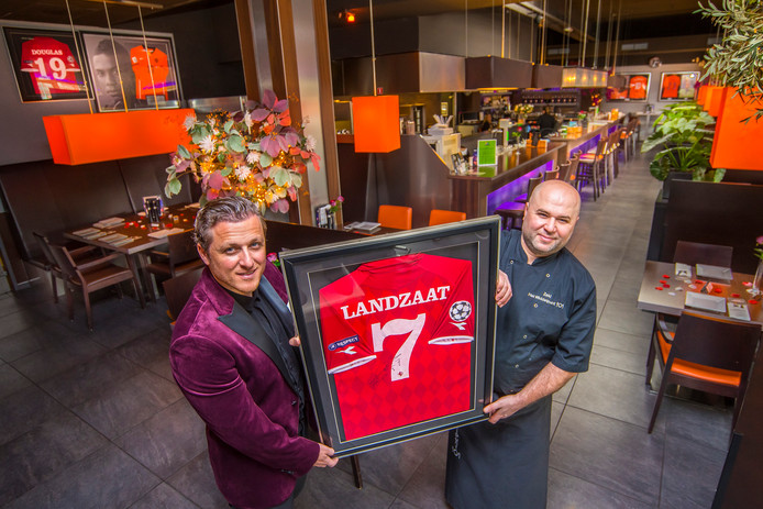 Broers Benjamin (links) en Zeki Aslan zijn er trots op dat hun restaurant Het Middelpunt regelmatig wordt bezocht door BN'ers. ,,Maar ze krijgen zeker niet meer aandacht dan andere klanten. Voor ons is iedere klant even belangrijk.''