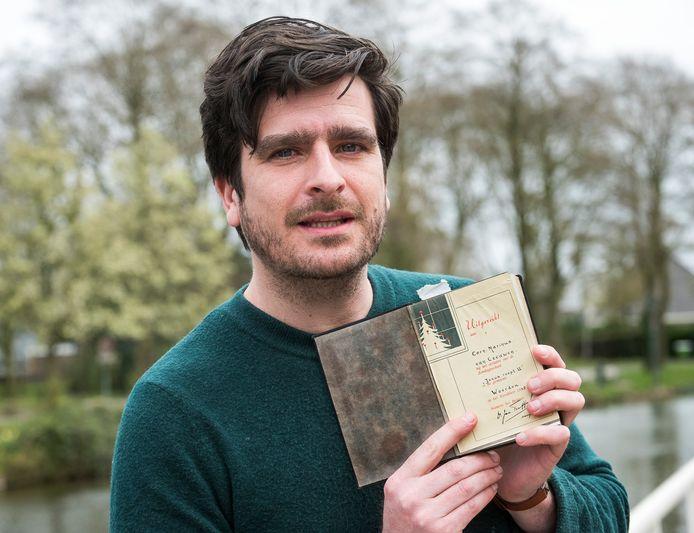 Oscar Kocken met de bijbel die zijn opa in 1945 in Duitsland in bewaring kreeg van Cornelis Marinus van Leeuwen.