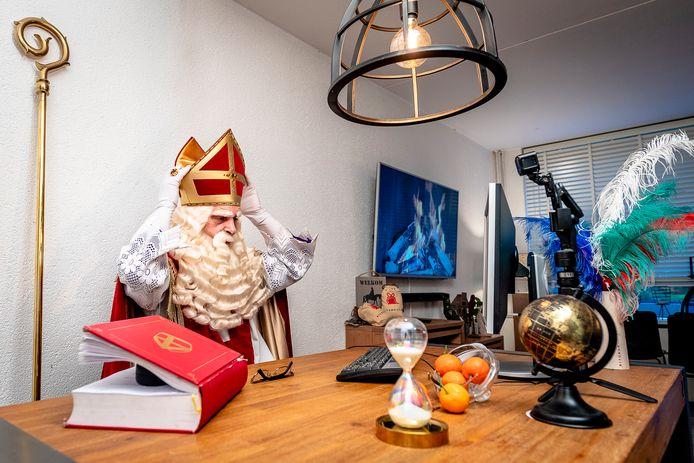 Sinterklaas via de webcam. Zo houdt de goedheiligman in ieder geval voldoende afstand.