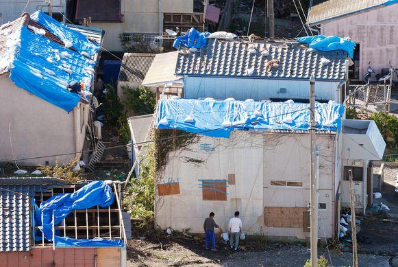 De schade aan woningen in een buitenwijk van Tokio is groot.