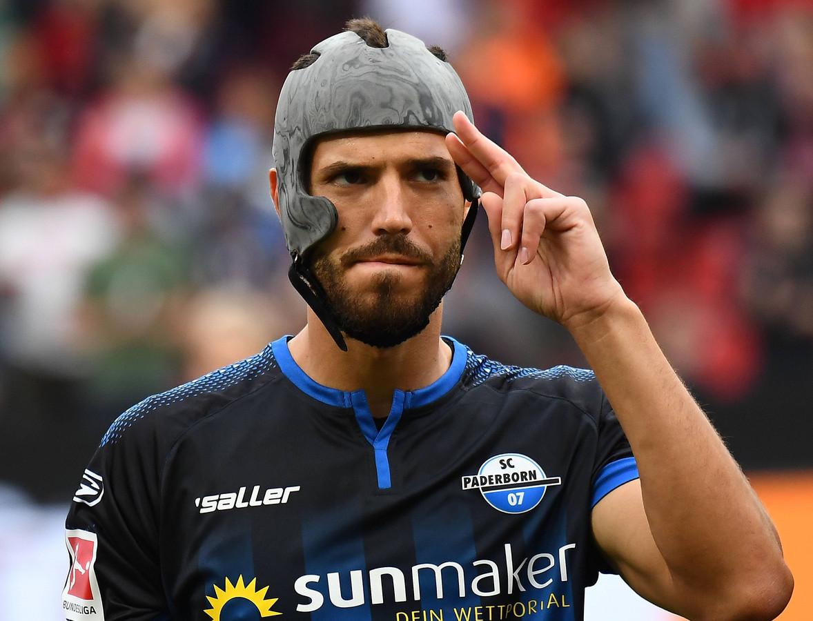 Klaus Gjasula van SC Paderborn stelt voor dat alle profvoetballers in Duitsland voortaan een helm dragen. Zelf draagt hij een helm sinds hij bij een kopduel een breuk opliep in zijn jukbeen.