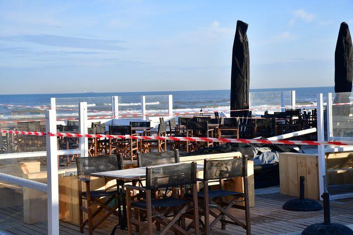 De terrassen en Pier in Scheveningen zijn afgezet