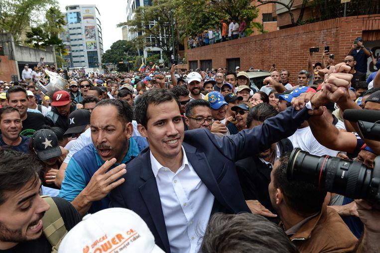 Guaidó wordt toegejuicht door zijn aanhangers in Caracas. Beeld Foto AFP