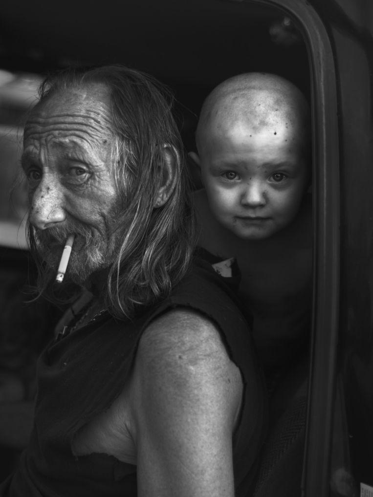 William, de man die denkt dat hij een alien is, met de peuter Leuxian in Evanston, Wyoming. Beeld Robin De Puy
