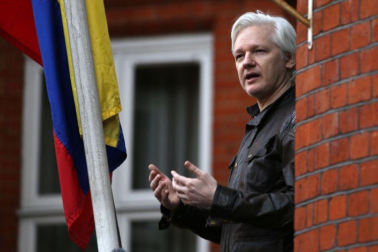 Julian Assange in mei vorig jaar, op het balkon van de ambassade van Ecuador in Londen.