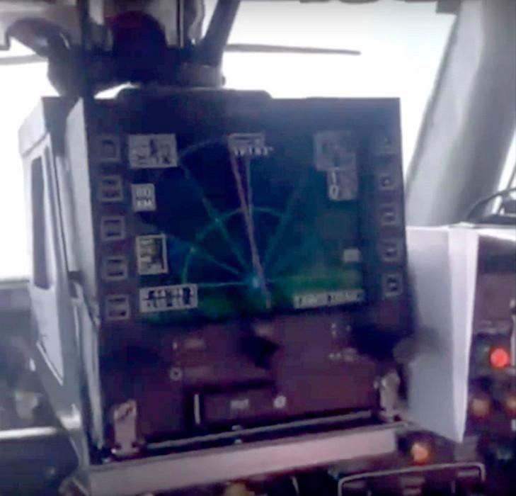 Het navigatiescherm waar 'Anne' naar wijst terwijl ze de piloot vraagt waarom ze daar niet kan komen.