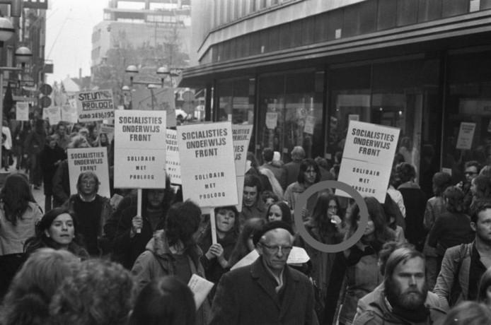 Demonstratie tegen het intrekken van de gemeentesubsidie voor toneelgroep Proloog in Eindhoven, 1974. Het meisje in de cirkel is Corrie.