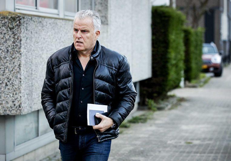 Peter R. de Vries komt aan bij de speciaal beveiligde rechtbank waar de rechtszaak tegen Willem Holleeder begint.