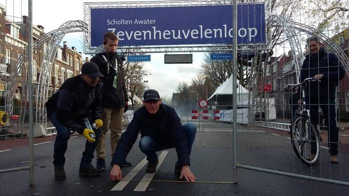 Wim Meijer markeert de, smallere, doorgang voor de 'zandloperstart'
