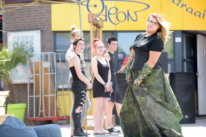 Marisol Straver (18) showt een creatie van Mikey Woltheus (24) tijdens de modeshow die onderdeel is van VET-fair.