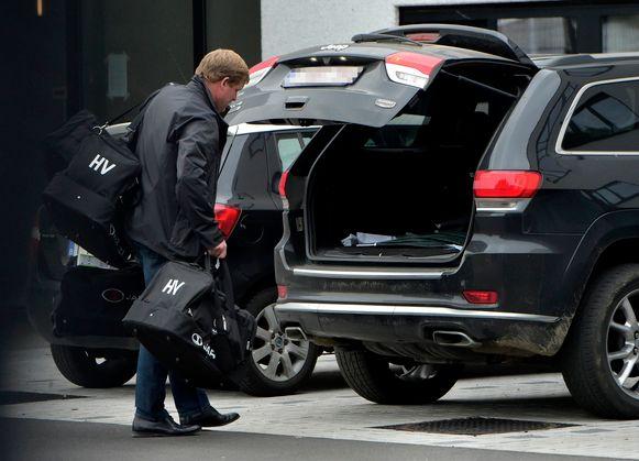 Hein Vanhaezebrouck vertrekt een laatste keer op de parking van het Gentse trainingscomplex.