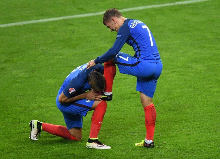 Dimitri Payet kust de schoen van Antoine Griezmann na de 4-0 van Frankrijk tegen IJsland. Beeld afp