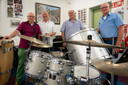 De drie jubilarissen bij de 125-jarige Koninklijke Harmonie 's-Hertogenbosch. Rini Maas, Peter Paanakker en Jan Danckaert (vlnr). Geheel rechts voorzitter Harry van der Krabben.