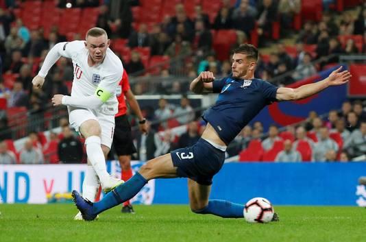 Matt Miazga als international van de VS in actie tegen Engeland. Links Wayne Rooney.
